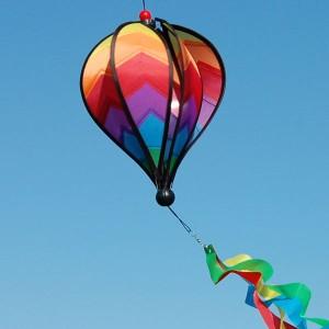 Riproduzione di una mongolfiere che grazie al vento ruota su se stessa. Adatta per essere appesa a balconi o verande